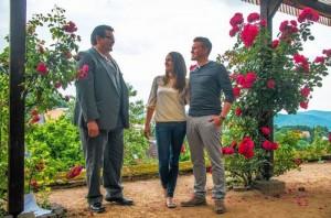 Bürgermeister Michael Helbig mit dem Burgfest-Brautpaar 2015 Elena und Philip Konrad. (Quelle: morgenweb.de)